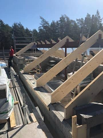 Villaprojektet i Ängmans pågår för fullt. Snart är taket oxå på plats 5