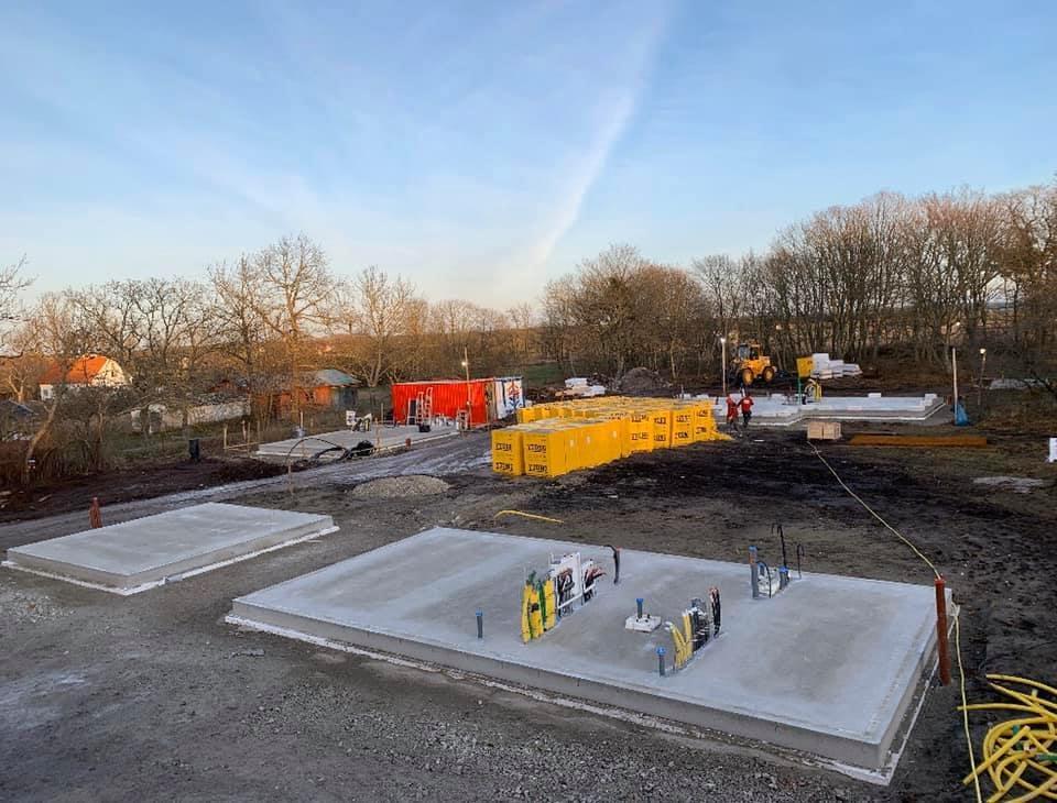 En tidig morgon ute på Fårö ser vi hur vårt projekt växer upp ifrån marken. Vi... 4