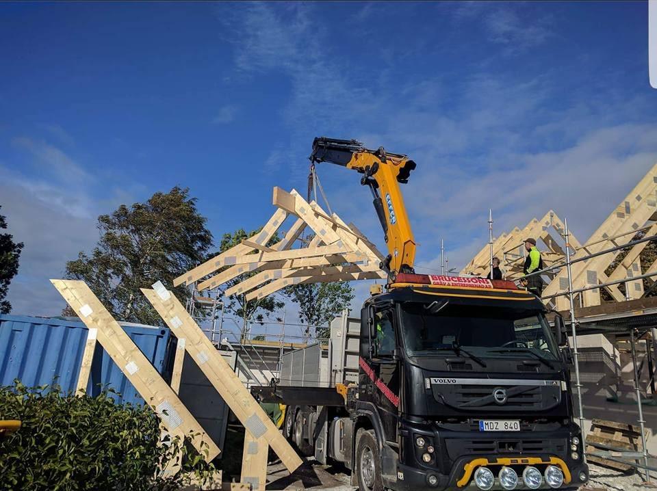 Idag har Roland Simander och Stefan monterat takstolar ihop med Brucesson's gr... 5