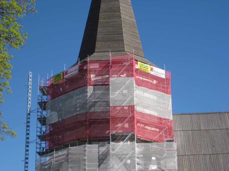 Gotlandsbyggen putsar om tornet i Lärbro kyrka. 2