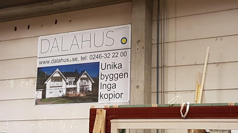 Idag besökte vi Dalahus för att se hur tillverkningen går till innan det skick... 1