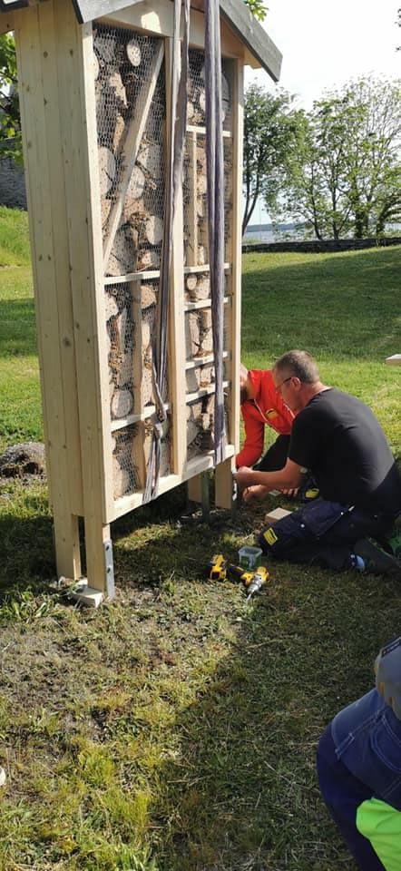 Vi bygger inte bara boende för människor utan även för bin. Här bygger vi ett... 1