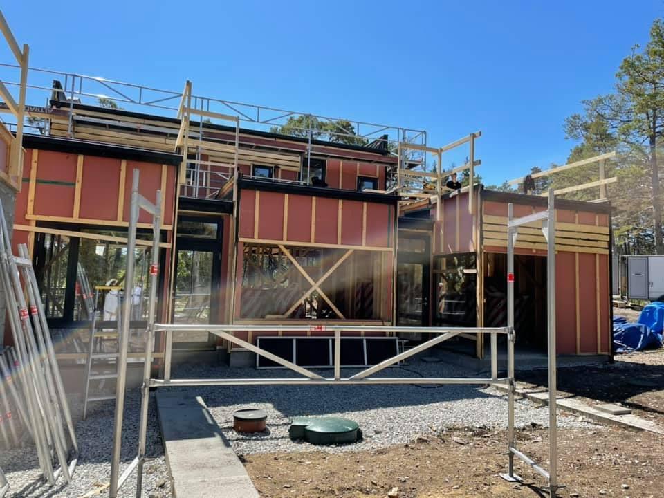 Huset ute på Furillen växer fram i sommarvärmen. Ett fantastiskt projekt som vi ... 1