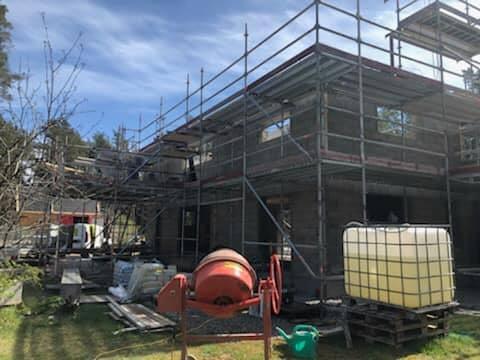 Villaprojektet i Ängmans pågår för fullt. Snart är taket oxå på plats 2