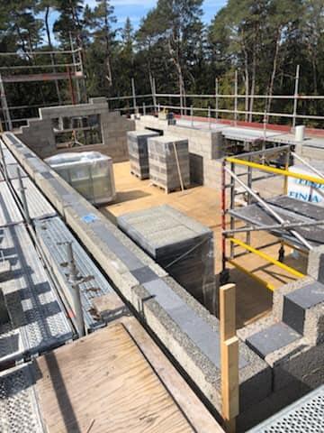Villaprojektet i Ängmans pågår för fullt. Snart är taket oxå på plats 3