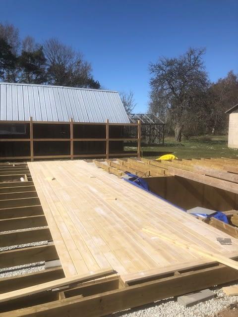 Idag skiner solen över oss när vi bygger altan runt poolen. Behöver NI hjälp ... 5