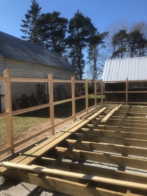 Idag skiner solen över oss när vi bygger altan runt poolen. Behöver NI hjälp ... 4