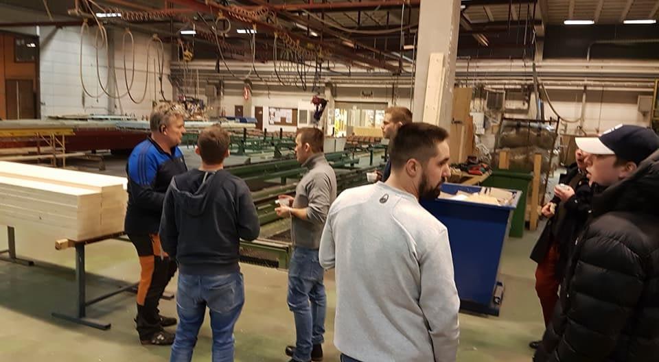 Idag besökte vi Dalahus för att se hur tillverkningen går till innan det skick... 2