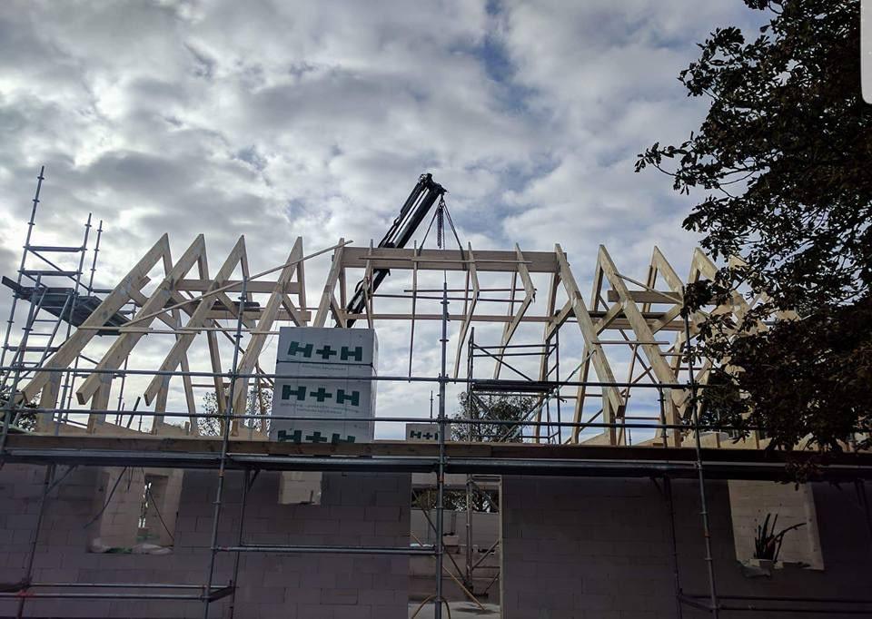 Idag har Roland Simander och Stefan monterat takstolar ihop med Brucesson's gr... 3