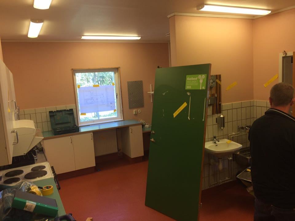 Nu startar ombyggnaden av skolköket i Stenkyrka skola. Nya skolköket skall stå... 5