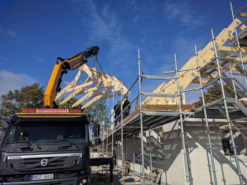 Idag har Roland Simander och Stefan monterat takstolar ihop med Brucesson's gr... 1