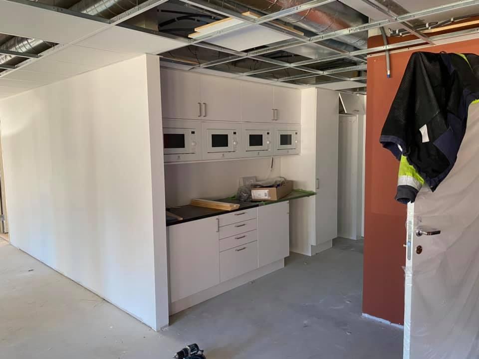 Närmar sig slutet på ombyggnaden av våra första (men ej sista) kontor. Mattias g... 1