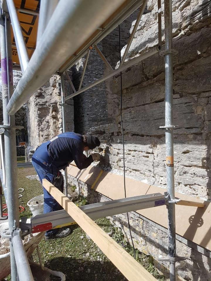 Gotlandsbyggen har fått äran att restaurera fantastiska Bara ödekyrka. Sedan 2 v... 4