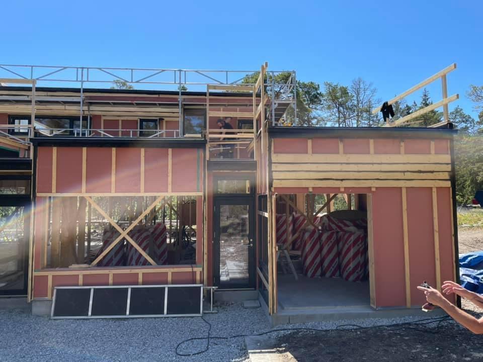 Huset ute på Furillen växer fram i sommarvärmen. Ett fantastiskt projekt som vi ... 4