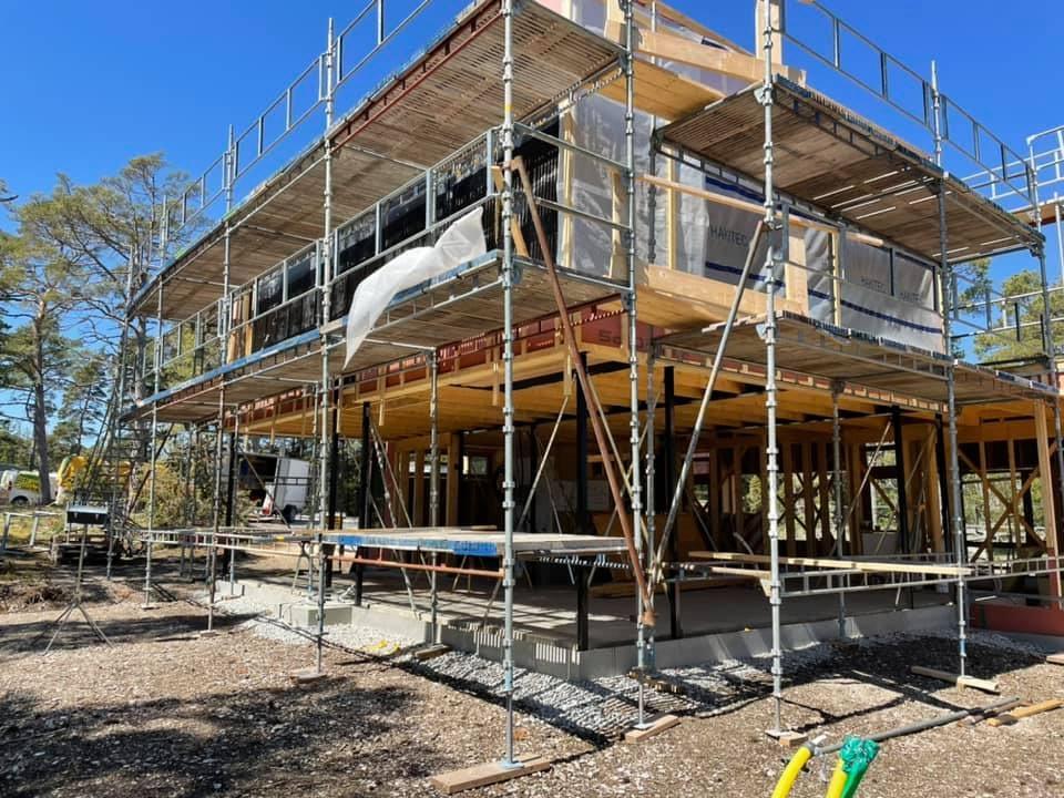 Huset ute på Furillen växer fram i sommarvärmen. Ett fantastiskt projekt som vi ... 2