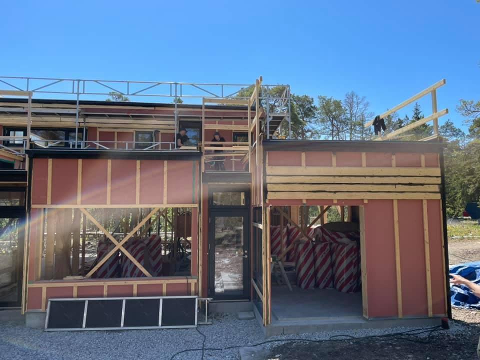 Huset ute på Furillen växer fram i sommarvärmen. Ett fantastiskt projekt som vi ... 3